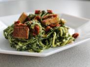: Zucchini-Spaghetti mit Spinat-Pesto und Tomaten-Tofu Topping