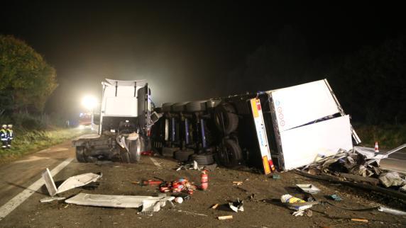 Unterallgäu: Lkw durchbricht Mittelleitplanke - A96 komplett gesperrt