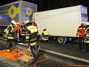 Unfall auf der A99: Kleintransporter kracht in Lastwagen und bleibt stecken