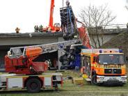 München-Feldmoching: Lkw weicht Unfallstelle aus und stürzt Böschung hinab - mehrere Verletzte