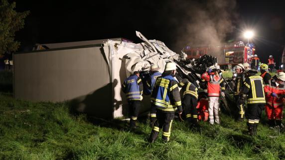 Marktoberdorf: Lastwagen fahren frontal ineinander: Fahrer stirbt, B12 komplett gesperrt