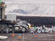 Nordrhein-Westfalen: Braunkohle-Gegner ketten sich an Schienen in Hambach