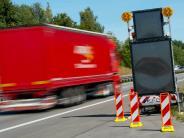A3 bei Passau: Tafeln warnen Autofahrer jetzt vor ausgesetzten Flüchtlingen