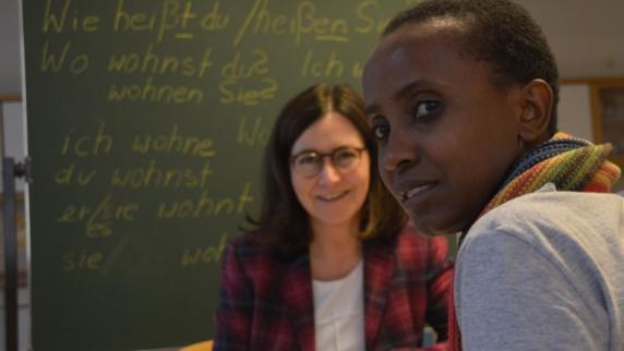 Beate Güthner (links) beim Deutschunterricht mit Amne Omari aus Tansania.