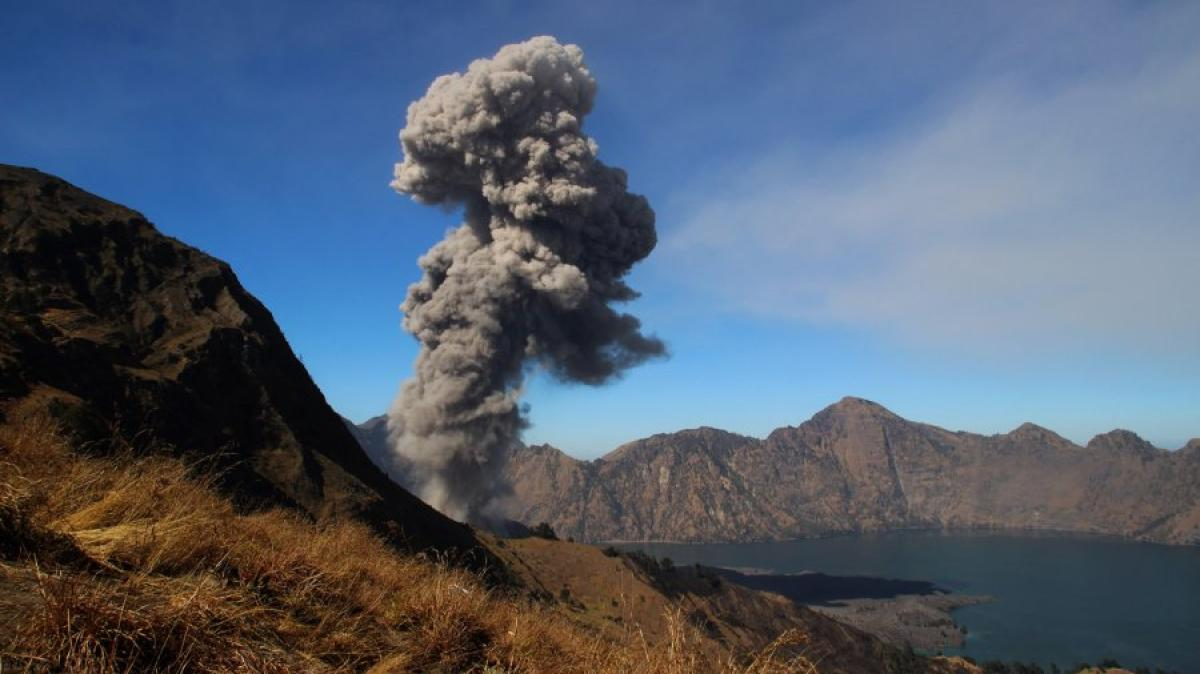 Insel In Indonesien: Vulkan Bricht Auf Lombok Aus: Über 100 Touristen Von  Berg Gerettet   Promis, Kurioses, TV   Augsburger Allgemeine