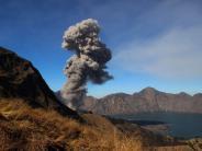 Insel in Indonesien: Vulkan bricht auf Lombok aus: Über 100 Touristen von Berg gerettet