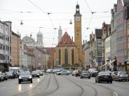 Prozess in Augsburg: Angeklagter sucht wohl Drogen und sticht Opfer an Wohnungstür nieder