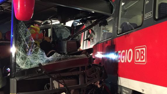 Unterallgäu: Bus kracht an Bahnübergang in Zug