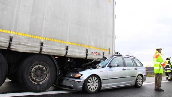 Unfall Auf A9 Holledau BMW Verkeilt Sich Unter Lkw