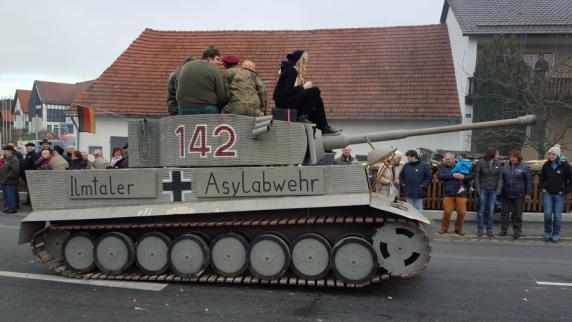 """Kreis Pfaffenhofen: Volksverhetzung? Panzer zur """"Asylabwehr"""" empört bei Umzug"""