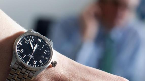 Armbanduhr am arm  Uhr am linken Arm: Warum tragen wir die Armband-Uhr eigentlich ...