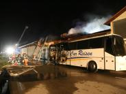 Bad Wörishofen: Millionen-Schaden: Flammen greifen von Reisebus auf Parkhaus über