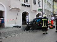 Ingolstadt: Autofahrerin rast frontal gegen Mauer eines Geschäftes