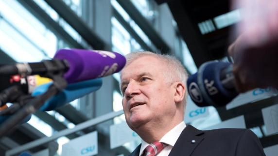 Anschläge: Horst Seehofer schließt Abschiebung in Kriegsgebiete nicht mehr aus