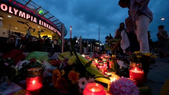 Liveticker: Münchner legen Blumen und Kerzen für Opfer des Amoklaufs nieder