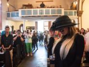 Biennale in Wiesbaden: Bizarrer Auftritt: Gina-Lisa Lohfink beerdigt die Privatsphäre