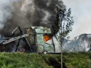 Unfall: Unfall auf der A8 bei Langenau: Zwei Laster brennen