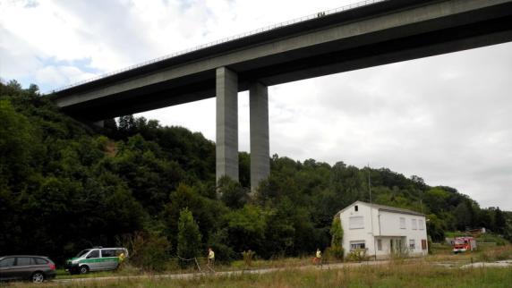 Unterfranken: Kinder und Mann liegen tot unter Brücke: Polizei findet Abschiedsbrief