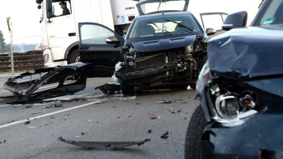 Neuburg-Bruck: B16 nach schwerem Unfall beidseitig gesperrt