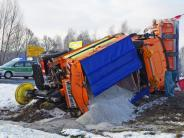 Ursberg: Glatte Straßen: Schneepflug landet bei Ursberg im Graben