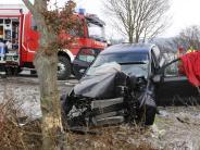 Kreis Neu-Ulm: Auto prallt gegen Baum: Fahrerin schwer verletzt