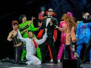 Kempten: Bunt und bildgewaltig: Falco-Musical begeistert bei Premiere