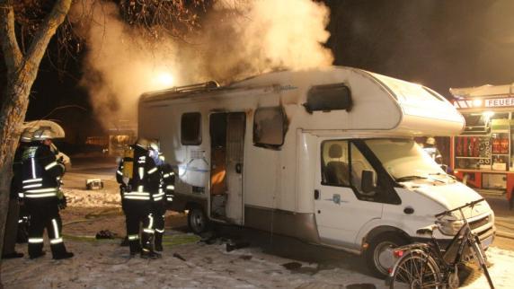 Nördlingen: Unbekannter stirbt bei Brand eines Wohnmobils