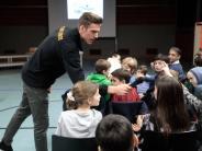FC Augsburg: Andreas Luthe: Wenn der Fußball-Profi Fragen stellt