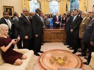 Trump-News: Mit Schuhen auf Sofa: Trump-Beraterin Conway sorgt für Empörung