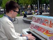 """Augsburg: """"Play Me, I'm Yours"""": Wer sind die Menschen, die sich an die Tasten trauen?"""