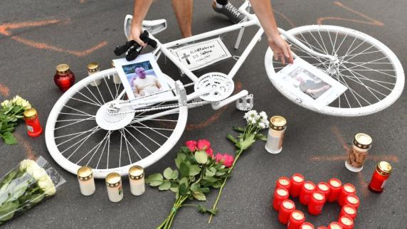 Mahnwache für den in Neukölln getöteten Fahrradfahrer. Dürfen Diplomaten wirklich alles machen was sie wollen
