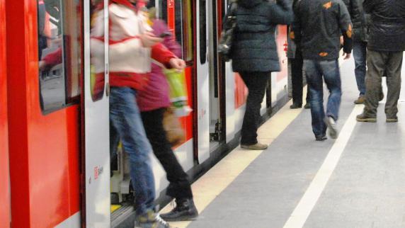 S-Bahn-Fahrer zeigt Fahrgästen seinen Penis