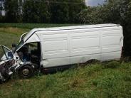 Kreis Neu-Ulm: Kleintransporter kommt von Straße ab: Fahrer wird schwer verletzt