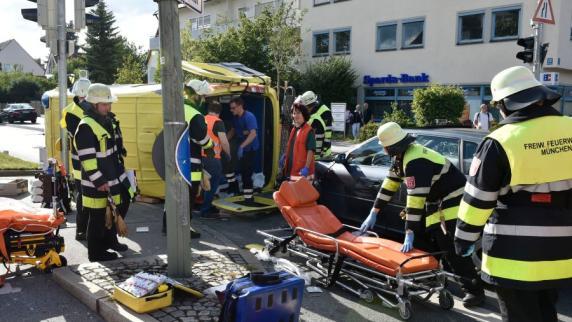 Rettungswagen kippt nach Crash mit Audi um: 2 Schwerstverletzte