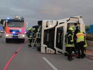 Autobahn 8: Lastwagen kippt auf A8 bei Günzburg um - Fahrer war eingenickt