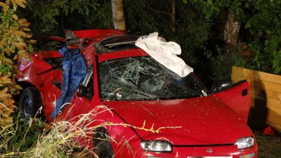 Auto rast gegen Baum: Drei Tote