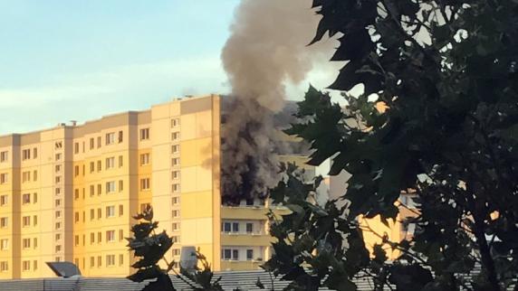 Mann springt aus brennender Wohnung, ohne auf Hilfe zu warten