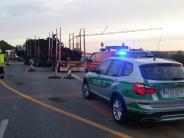 Region Augsburg: Lkw verliert Holzladung auf B17: Nach Sperrung wieder freier Verkehr