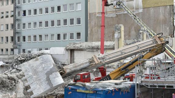 Schock in der Sonnenstraße   Bagger stürzt an Baustelle um