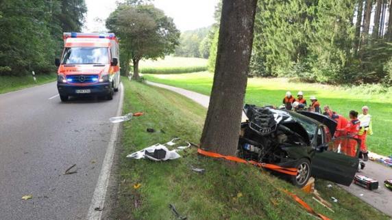 Kreis Augsburg: Auto prallt gegen Baum - 85-jährige Beifahrerin stirbt