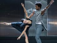 """Theater Augsburg: Rasant: """"Schwanensee"""" feiert Premiere im Martinipark"""