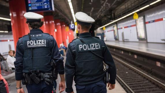 Exhibitionist (49) befriedigt sich selbst und greift Polizei an