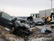 B16 bei Neuburg: Auto kollidiert mit Lastwagen: 19-Jähriger schwer verletzt