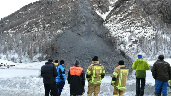 Dorfbewohner in Österreich nach Felssturz von Außenwelt abgeschnitten