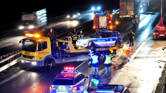 LKW fährt gegen Polizeiauto: Eine Tote, zwei Schwerverletzte