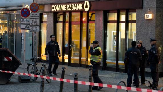 Polizei untersucht verdächtigen Briefumschlag in Bank