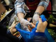 Eine-ehrenamtliche-Helferin-verteilt-Leb