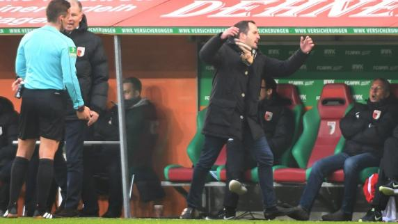 FC Augsburg: Baums Platzverweis lenkt von Problemen beim FC Augsburg ab