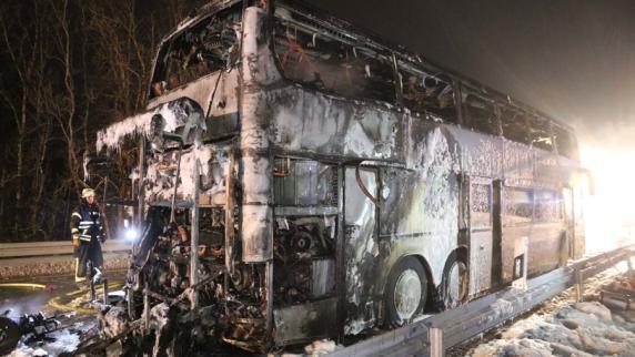 Kreis Lindau: Reisebus brennt vollkommen aus – 15 Schüler leicht verletzt