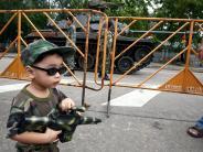 Spiele: Zulassen oder nicht? Kinder sind oft begeistert von Spielzeugwaffen